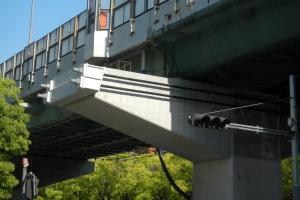 拡幅橋脚 補強ブラケット設置緊張