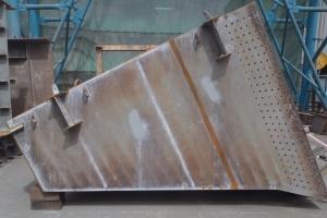 鉄製橋脚の梁拡幅部材を工場で製作しています。