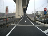 写真:高速道路を歩くことも禁止です。