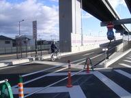 写真:自転車での乗り入れや原動機付自転車の通行はできません。