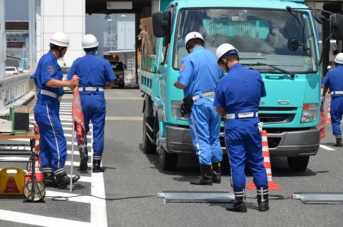 写真:道路法違反(無許可通行)事件の検挙について