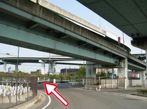 写真:道路に沿って走り、阪神高速の高架を越えるとすぐ左手に尼崎テクノランドが見えます