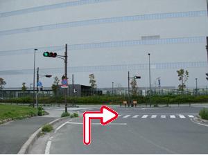写真:T字路交差点を右折